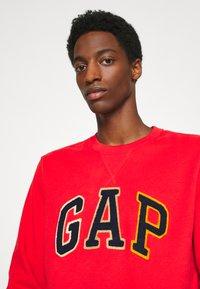 GAP - CHENILLE ARCH CREW - Sweatshirt - vermillion - 3