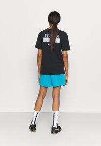 Nike Performance - FLY ESSENTIAL SHORT - Krótkie spodenki sportowe - laser blue/smoke grey - 2