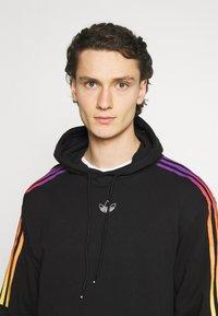 adidas Originals - UNISEX - Sweatshirts - black/multicolor - 3