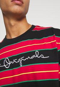 Karl Kani - ORIGINALS STRIPE TEE  UNISEX - T-shirt z nadrukiem - red/black/green - 5