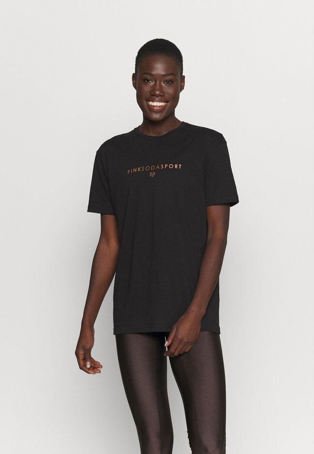 CORA BOYFRIEND  - T-shirt con stampa - black
