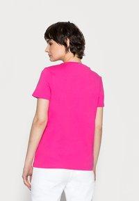 Tommy Hilfiger - CREW NECK GRAPHIC TEE - Print T-shirt - hot magenta - 2