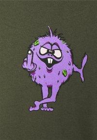 HUF - NUG MAN TEE - Print T-shirt - olive - 2
