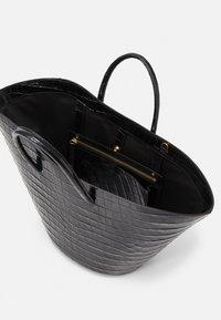 Little Liffner - OPEN TULIP MEDIUM - Handbag - black - 3