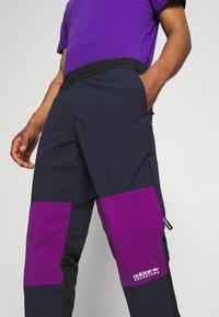 adidas Originals - WOVEN PANTS - Pantaloni sportivi - legend ink/glory purple - 3