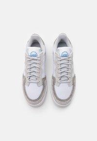 adidas Originals - SUPERCOURT UNISEX  - Matalavartiset tennarit - footwear white/solid grey/chalk solid grey - 5