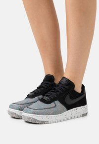 Nike Sportswear - AIR FORCE 1 CRATER - Sneakersy niskie - black/photon dust/dark smoke grey - 0