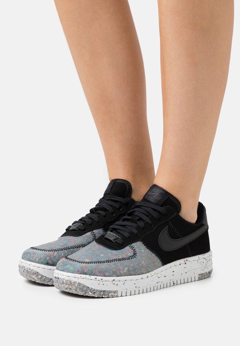 Nike Sportswear - AIR FORCE 1 CRATER - Sneakersy niskie - black/photon dust/dark smoke grey