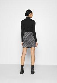 Even&Odd - Basic mini skirt with slit - Miniskjørt - black/multi-coloured - 2