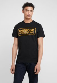 Barbour International - ESSENTIAL LARGE LOGO TEE - Triko spotiskem - black - 0