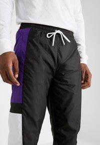 New Era - COLOUR BLOCK TRACK PANT - Teplákové kalhoty - black/true purple/optic white - 4