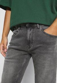 Tommy Jeans - RONNIE - Shorts di jeans - devon grey stretch - 3