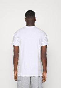 Nike Sportswear - TEE MANGA PHOTO - Print T-shirt - white - 2