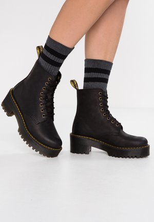 SHRIVER HI 8 EYE BOOT - Enkellaarsjes met plateauzool - black
