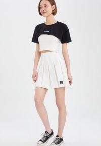DeFacto - REGULAR FIT - Pleated skirt - ecru - 1