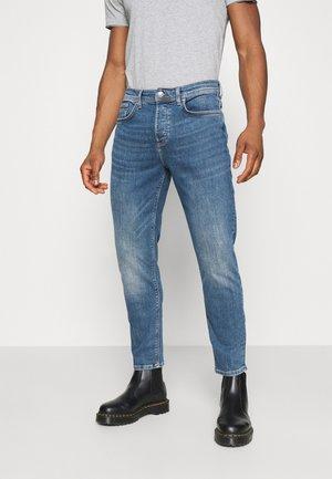 TAPER MARTIN RUSTIC - Zúžené džíny - mid blue