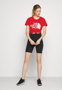 The North Face - WOMENS GRAPHIC PLAY HARD  - T-shirts med print - fiery red - 1