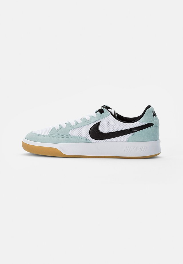 NIKE ADVERSARY - Skate shoes - light dew/black-white-gum light brown