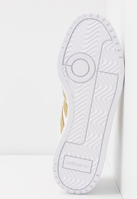 adidas Originals - TEAM COURT - Sneakers laag - footwear white/gold metallic - 6