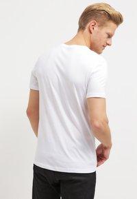 Pier One - 2 PACK - T-shirt basic - white/black - 2