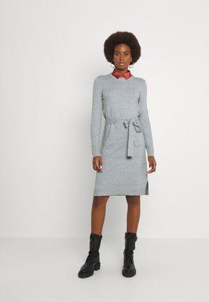 PCCAVA O-NECK DRESS - Pletené šaty - light grey melange