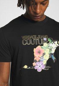 Versace Jeans Couture - FLORAL RAT LOGO - T-shirt print - black - 4