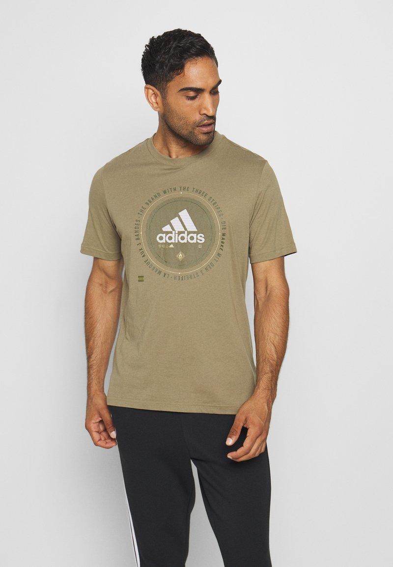 adidas Performance - UNIVERSAL - T-shirt med print - cargo