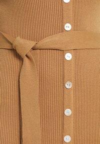 Glamorous - SKINNY FIT LONG SLEEVE MIDI DRESS WITH V NECK - Strikket kjole - camel - 5