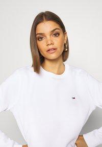 Tommy Jeans - REGULAR C NECK - Sweatshirt - white - 3