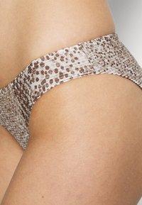 Seafolly - SERPENTINE HIPSTER - Bikini bottoms - chocolate - 3