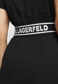 KARL LAGERFELD - LOGO TAPE DRESS - Žerzejové šaty - black - 4