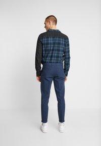 Redefined Rebel - ERCAN PANTS - Pantaloni - navy - 2