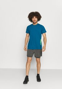 Nike Performance - YOGA 2 IN 1 - Sportovní kraťasy - anthracite/gray - 1
