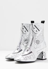 McQ Alexander McQueen - PHUTURE BOOT - Støvletter - silver/black - 4