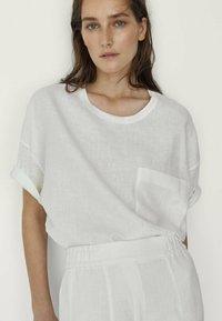 Massimo Dutti - MIT TASCHE  - T-shirt basique - white - 1