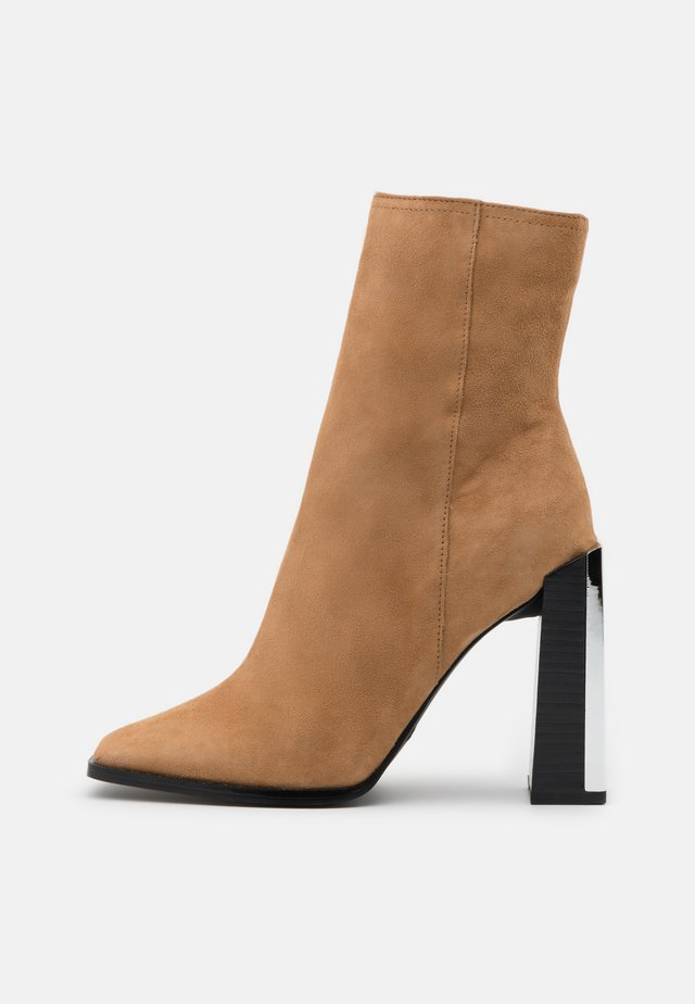HOMER SQUARE TOE HARDWARE BOOT - Classic ankle boots - camel