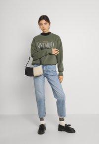 Gina Tricot - DAPHNE  - Sweatshirt - beetle - 1