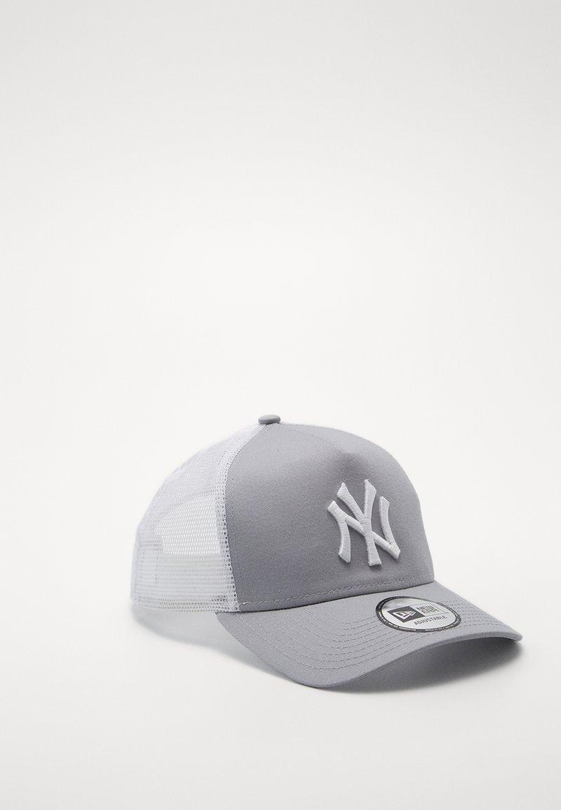 New Era - CLEAN TRUCKER NEYYAN - Cap - gray/white