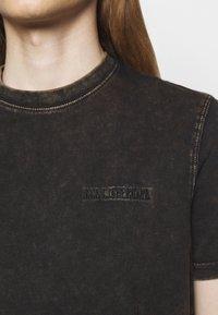 Han Kjøbenhavn - CASUAL TEE - Print T-shirt - brown acid - 5