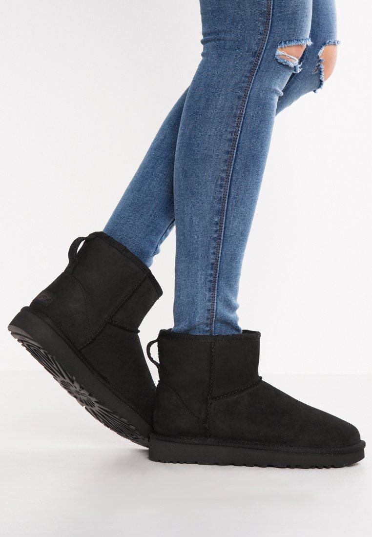 UGG - CLASSIC MINI - Kotníkové boty - black
