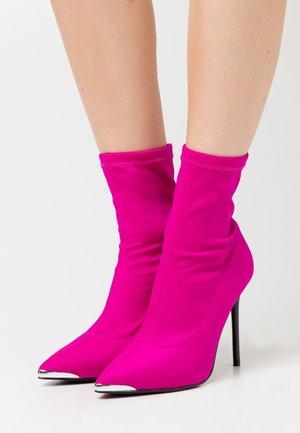 Ankelboots med høye hæler - pink