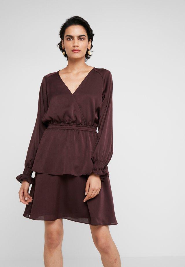 ELDA WRAP DRESS - Sukienka koktajlowa - rouge noir