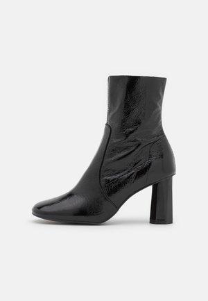 BOBAN - Korte laarzen - brillant noir
