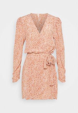KINSLEY WRAP DRESS - Korte jurk - grapefruit fizz