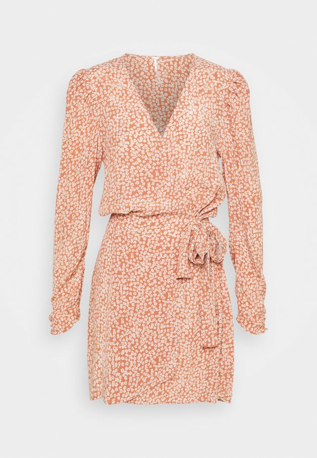 KINSLEY WRAP DRESS - Korte jurk - grapefruit fizz