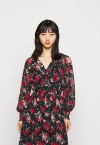 VILA PETITE - VIBROOKLY DRESS PETITE - Denní šaty - black/jester red - 0