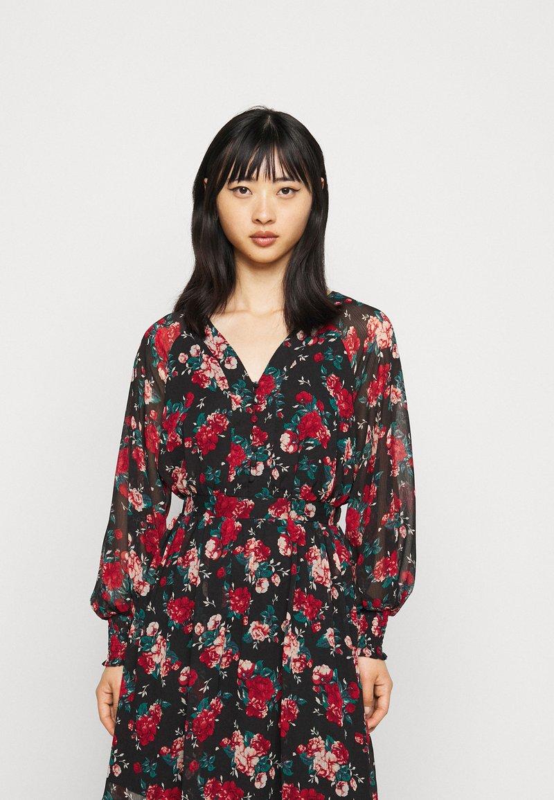VILA PETITE - VIBROOKLY DRESS PETITE - Denní šaty - black/jester red