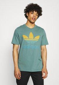 adidas Originals - TREF OMBRE UNISEX - T-shirt med print - hazy emerald - 0