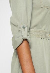 Rich & Royal - DRESS WITH BELT - Skjortekjole - safari green - 6