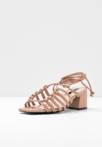 Lost Ink - ANKLE WRAP STRAPPY LOW BLOCK - Sandály - taupe - 4